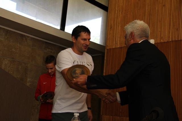 Михалчев получава своя почетен знак.