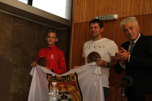 Световните шампиони Джорджев, Михалчев с герба на Дупница.