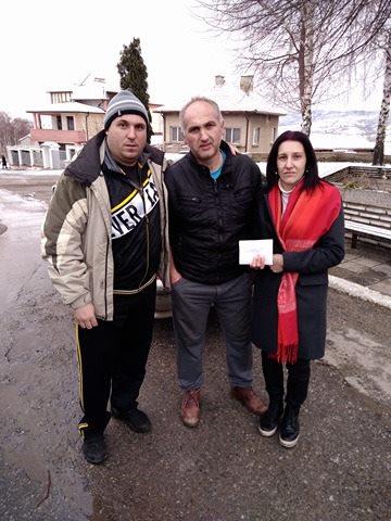 Извадилият кръста Йордан Манов с родителите на Йоана.