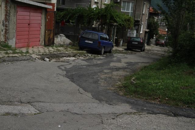 Разлятата емулсия от варелите е видима още по уличното платно.