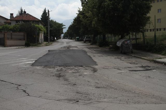 Конусите, ограничаващи преминаването през този участък са откраднати и шофьорите преминават през