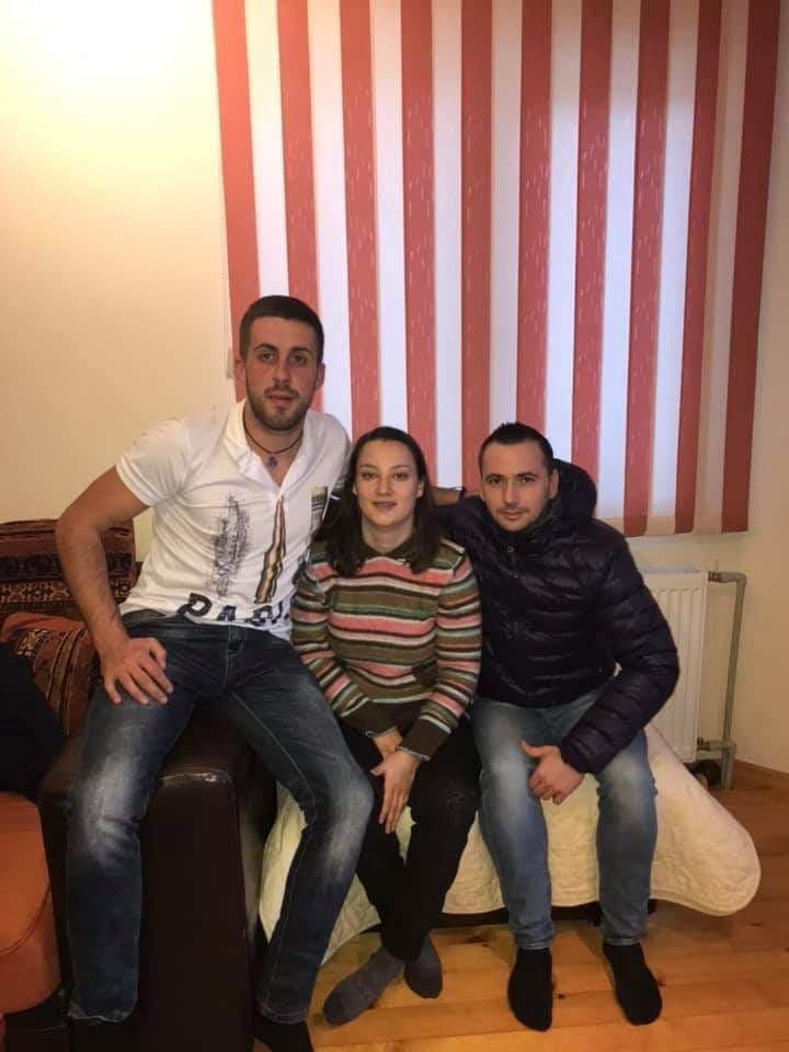Младежите посетиха Йони, за да й вдъхнат отново кураж и пожелаят скорошно възстановяване.