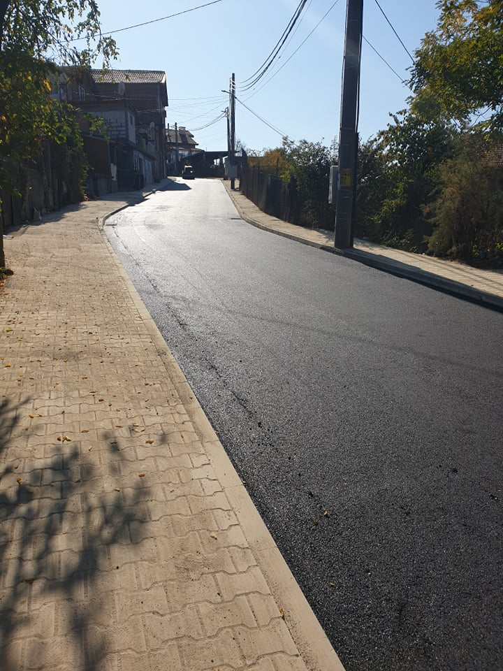 Асфалтираната част на улицата.